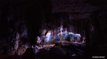 Durch die Höhle mit Stirnlampen.