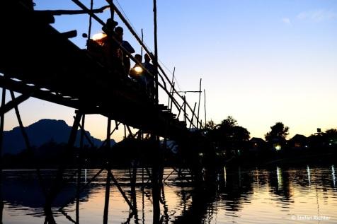 Die Bambusbrücke, die auf die andere Seite des Flusses führt.