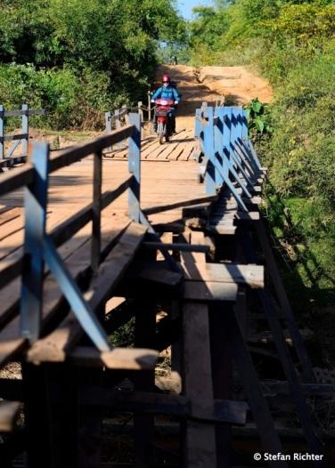 Julia versucht es über die Brücke.