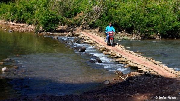 Diese Brücke ist schon etwas improvisierter und steht auch nur in der Trockenzeit.