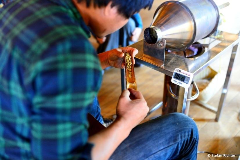 Dann geht's zur Röstung. In unserem Fall eine kleine Maschine, in der max. 1 kg Bohnen auf einmal geröstet werden kann.
