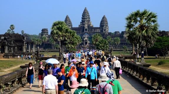Die Massen schieben sich durch den Tempel.