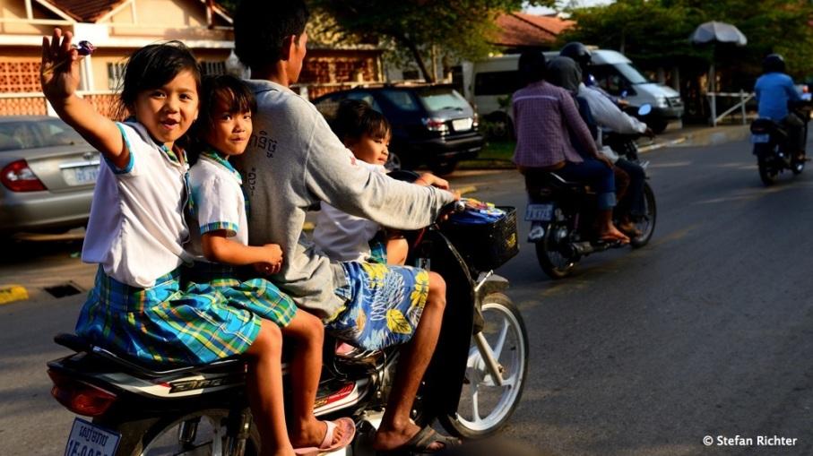 Wieder in Siem Reap. Auf ein Moped in Asien passen genau so viele Menschen wie in einen Mittelklassewagen in Europa.