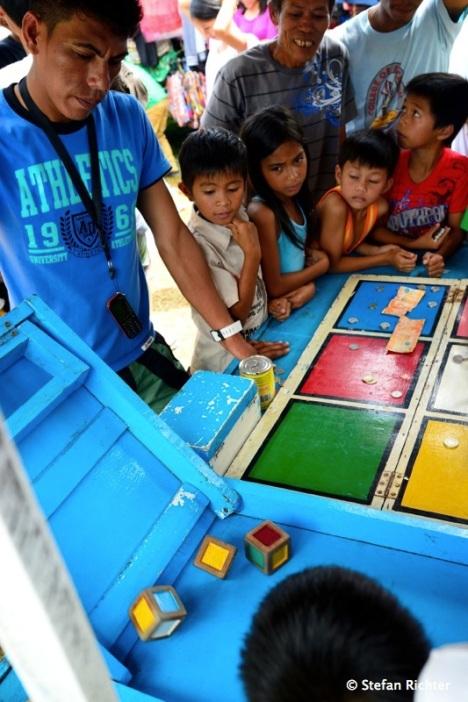 Anstatt Taubenschießen gibt es auf Filipino Volkfesten Würfelspiele.
