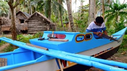 """Bootsreparatur. Nach dem Taifun """"Jolanda"""" im letzten Dezember musste Edgar sein Boot für 12.000 Peso reparieren lassen."""