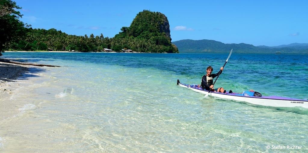 Stefan in seinem Doppelsitzer, auf dem vorne unser Trinkwasser transportiert wird @ Malpacao Island.