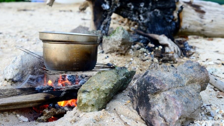 Kochen überm Feuer. Erst Notlösung, dann alltäglicher Begleiter.