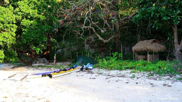 Private Paradise. Immerhin, wir dürfen vor dem Stacheldrahtzaun und Wachäuschen unser Lager aufschlagen.