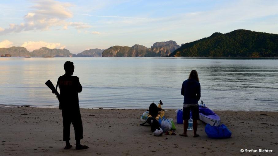 Zeltplatz mit Security-Support. Richie hat uns beim Zeltaufbau und beim Fischausnehmen geholfen.
