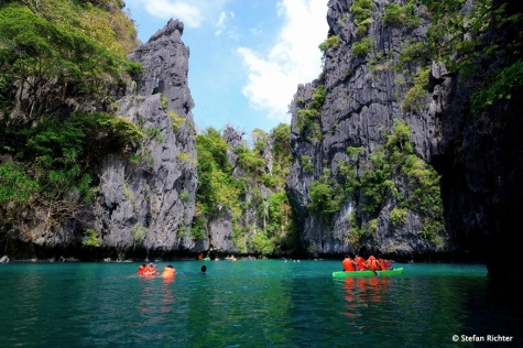 Oranges Treiben. Da viele Asiaten kaum schwimmen können, erkunden sie die Lagunen lieber mit Schwimmweste.