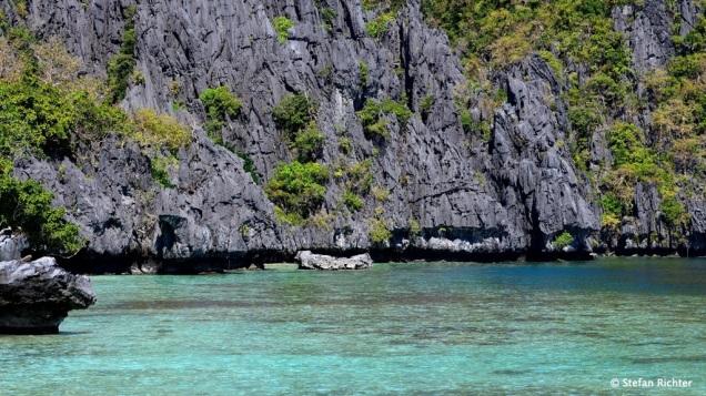 Das Bacuit Archipel: grauer Kalkstein und blaues Wasser.