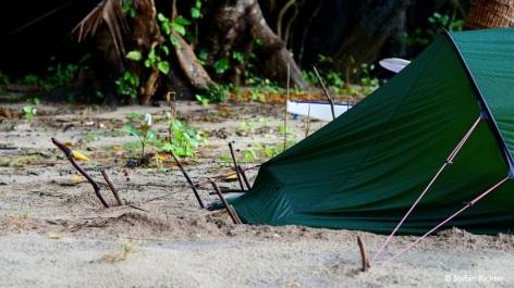 Sturmsicherung: Lange Stöcke sind im Sand besser als jeder Hering und doppelt hält besser!