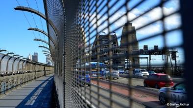 Alles geht über eine Brücke: Fußgänger, Radfahrer Bus, Auto und Bahn.