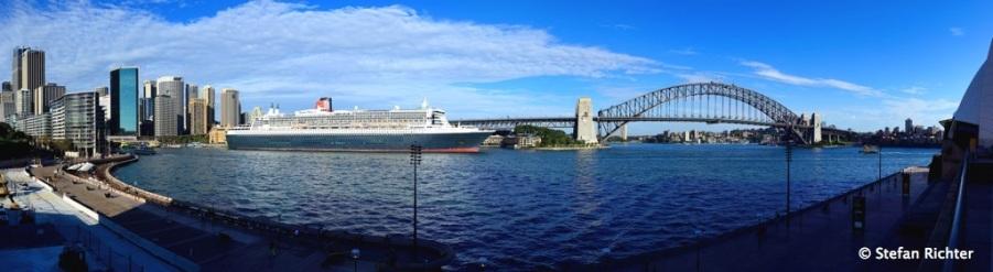 Der Hafen mit der Queen Mary 2 oder die Queen Mary 2 mit Hafen.