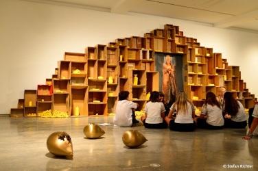 """Die Kids diskutieren über """"Was ist Kunst?""""."""