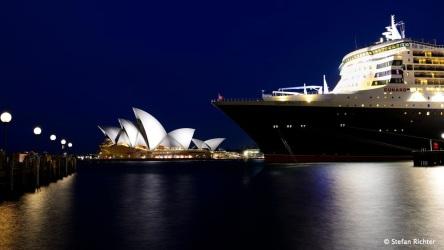 Nachtaufnahme: Die Oper und die Queen Mary 2.