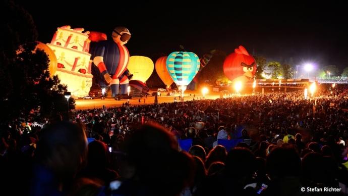 Heißluftballons glühen zu Rockmusik.