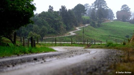 Gravel Road und Regen. Auf dem Weg von Gisborne zur Mahia Halbinsel.