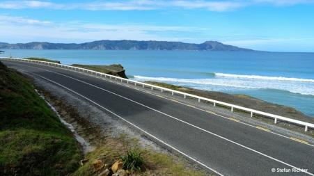 Gute Surfwellen gibt es direkt am Highway.