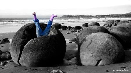 Vom Stein verschluckt @ Moeraki Boulders.