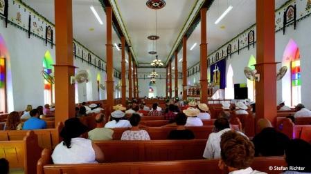 ...Wir passen uns dem Inselleben an und gehen in die Kirche.