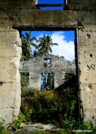 Verlassene Häuser auf Aitutaki. Viele Insulaner zieht es zum Arbeiten und Leben nach Neuseeland, denn die Möglichkeiten auf der kleinen Insel sind beschränkt.