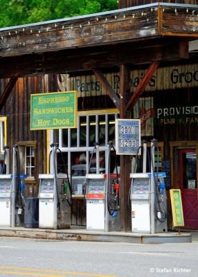 Futter für die Pferdestärken. Eine Gallone $3,99 rund 70 Eurocent je Liter!