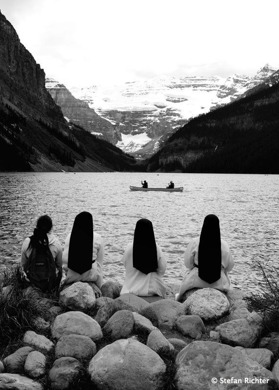 Lucky Shot: Nonnen am See mit Kanu.