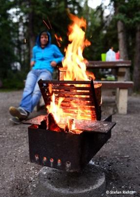 Doppelstockfeuer. Julia ist für das kleine, Stefan für das große Feuer verantwortlich.