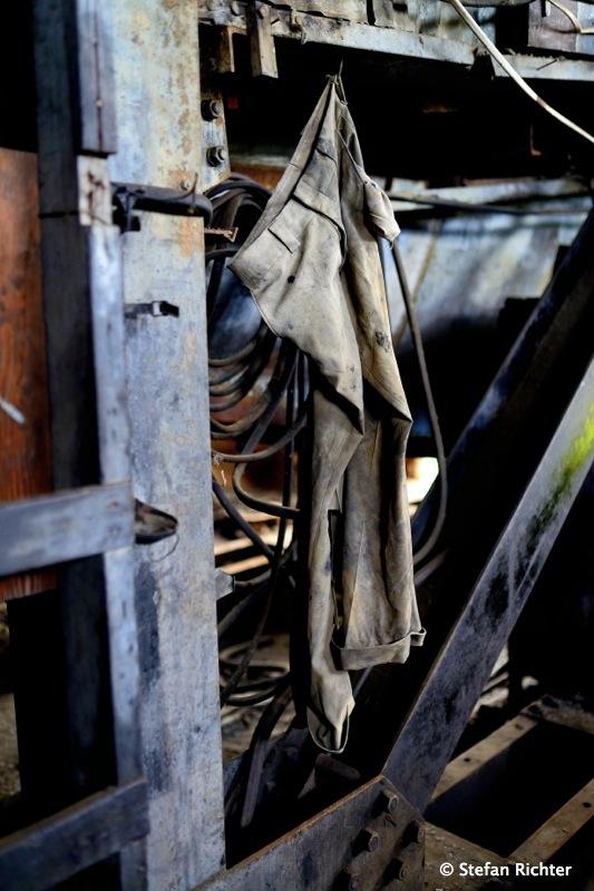 Selbst eine alte Hose hängt noch da.