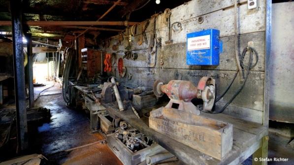 Im Inneren der Dredge sieht es aus also hätten die Arbeiter die Goldmiene gerade erst verlassen.