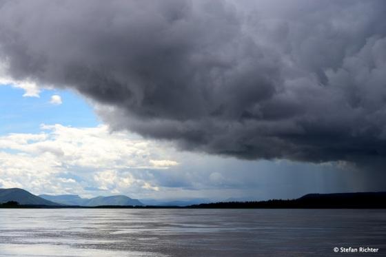 Ein typisches Bild in Alaska. Sonne, Wolken, Regen.