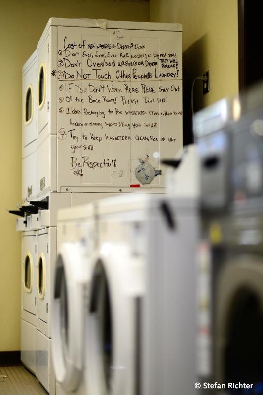 Waschautomaten-Regeln: ganz wichtig, niemals gegen die Maschinen treten.
