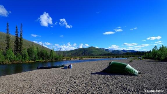 Unser Camp für die Nacht ist auf einer der vielen Kiesbänke am Fluss errichtet.
