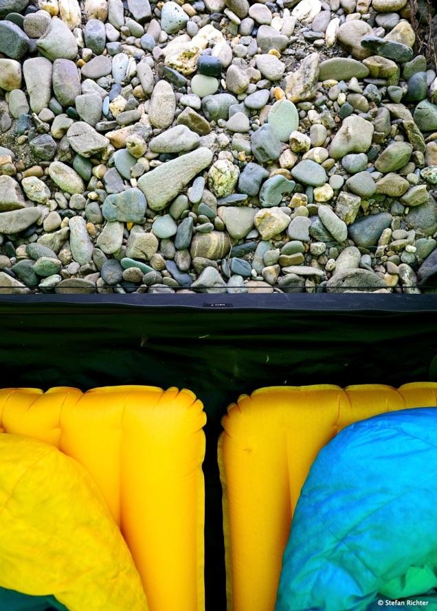 Schlafen auf der Kiesback. Zum Glück haben wir Luftmatratzen dabei.