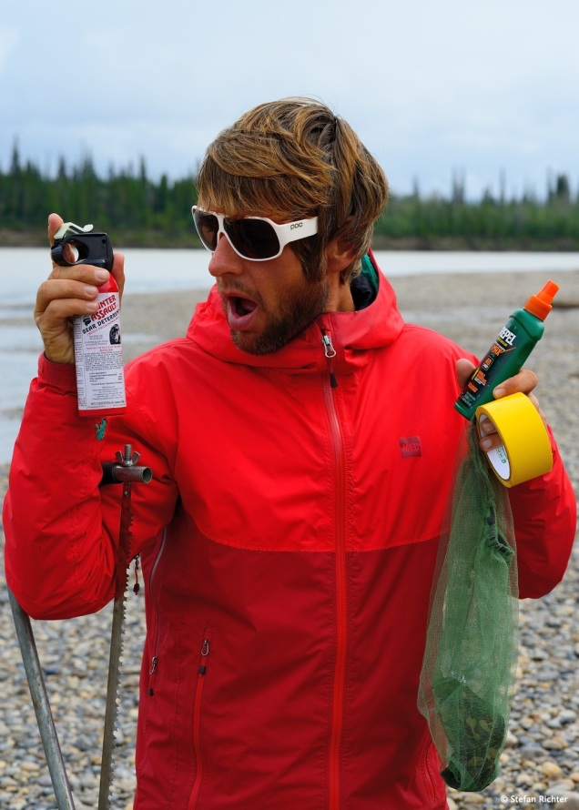 Alaska-Feature-Must-Have: Bearspray, Mückenschutz, Tape, Säge, Sonnenbrille und Regenjacke.