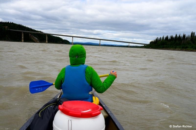 Wir haben es geschafft! Endlich können wir die Brücke sehen, wo der Dalton Highway den Yukon kreuzt. Die Wellen kommen übrigens vom Gegenwind!