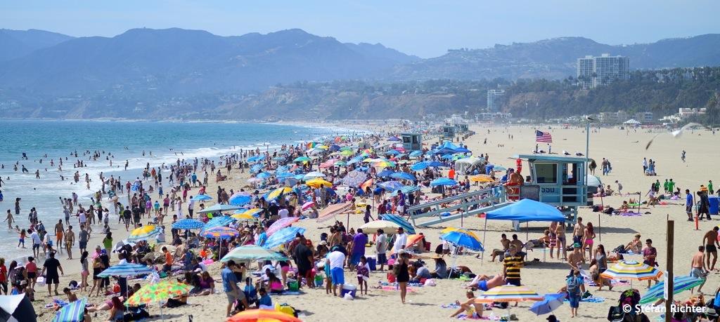 Der Strand ist so lang und so breit, und trotzdem liegen alle dicht gedrängt am Santa Monica Pier.