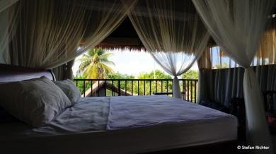 Luftiges Wohnen: Zum ersten Mal haben wir in einem Raum ohne Fenster und Türen gewohnt. Wir vertrauen den Balinesen. Aber die Wertsachen haben wir dann doch in den kleinen Safe geschlossen.