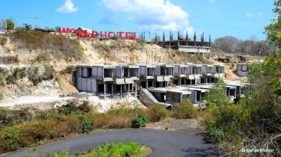 'Under Construction'. Im Süden von Bali wird unglaublich viel gebaut.