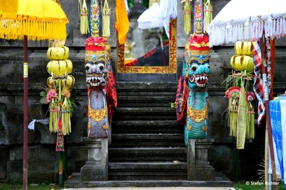 Der Tempel wird immer durch ein gespaltenes Tor betreten, den reich verzierten Candi Bentar.