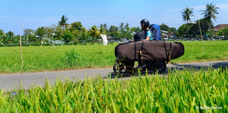 Schwertransport auf Bali - 2 Surfboards, 2 Backpacks - Mini-Moped.