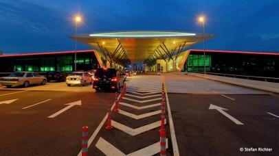 Zwischen Drop off und Terminal: gateway@klia2