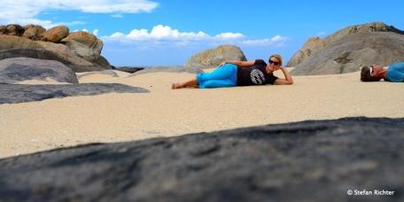 Steine und Julia und Stefan am Strand.