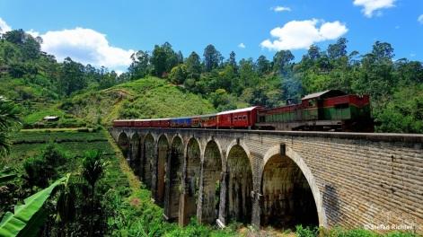 Klassiker: Der Zug Richtung Ella über die Nine Arch Bridge.