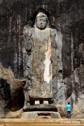 Der stehende Buddha ist mit 15 m einer der größten Sri Lankas.