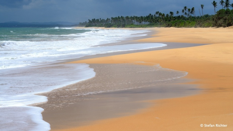 Die Strände der Südküste sind schön, tropisch, aber leider momentan nicht surfbar. Erst wenn die Monsunzeit vorbei ist beruhigt sich das Wasser.