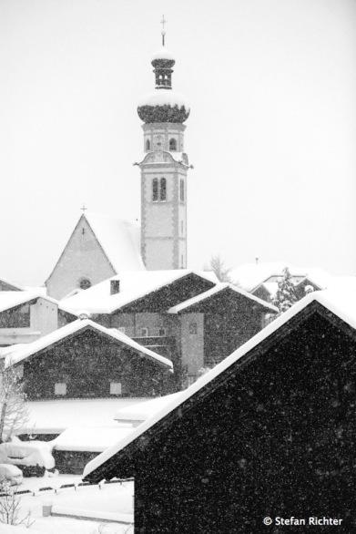 Die Kirche steht im Dorf...