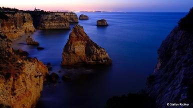 Nachts und noch vor Sonnenaufgang an der Algarve.