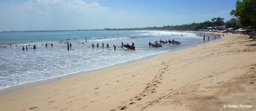 Zum Glück gibt es genug Meer für die Massen an Surfschulen.